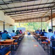 キリロム工科大学キャンパスで学ぶ学生